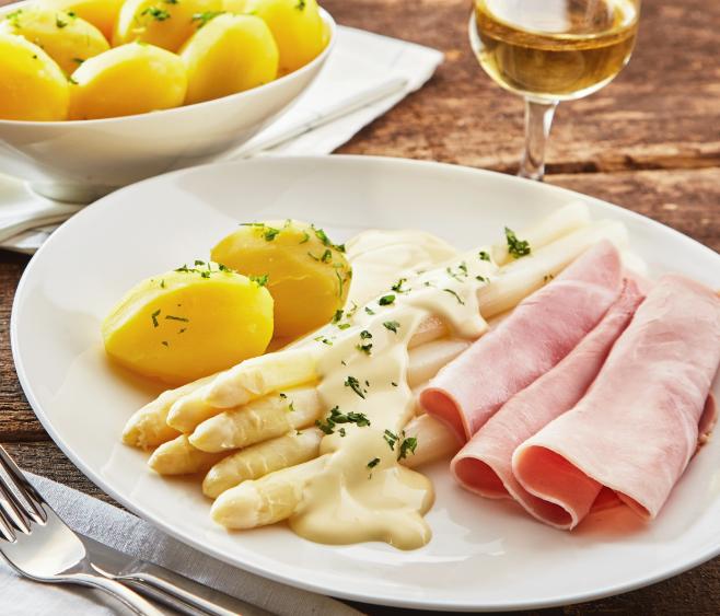 Spargelzeit, Teller mit leckerem Spargel und Kartoffeln
